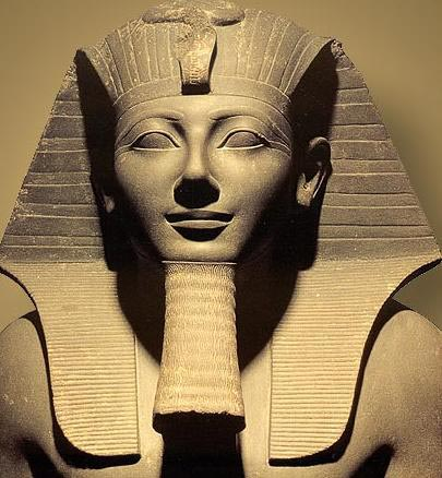 上图:古埃及第十八王朝法老图特摩斯三世(Thutmose III,主前1479–1425在位)。图特摩斯三世年幼登基,主前1458年独立掌权后,进行了连续不断的战争,恢复了对叙利亚和迦南地的统治,埃及南部的边界扩展到尼罗河第四瀑布。由于图特摩斯三世的赫赫武功,一些历史学家称他为古埃及的拿破仑。主前1447年,以色列人在摩西带领下出埃及后,在旷野飘流了40年,并没有在迦南地与图特摩斯三世进行直接冲突。图特摩斯三世死后,阿蒙霍特普二世继位(Amenhotep II,主前1427-1401年在位),于主前1418年最后一次出兵叙利亚,此后不再发动战争。主前1407年,以色列人在约书亚的带领下进入了迦南。