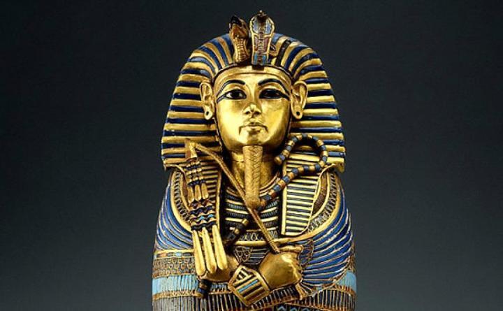 上图:古埃及第十八王朝图坦卡蒙法老(主前1332–1323年,Tutankhamun)手持的「圭」,就是象征王权的权杖(Scepter)。