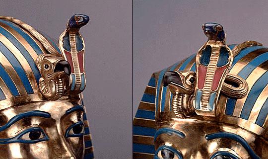 上图:古埃及第十八王朝法老图坦卡蒙(Tutankhamun,主前1332–1323在位)金面具上的秃鹫和蛇(Uraeus)。眼镜蛇乌拉厄斯(Uraeus)是女神瓦吉特(Wadjet)的象征,瓦吉特是下埃及的守护神,上下埃及统一后,与上埃及的秃鹫女神奈赫贝特(Nekhbet)一起成为埃及的守护神,而法老则被视为太阳神阿蒙(Amon)之子。