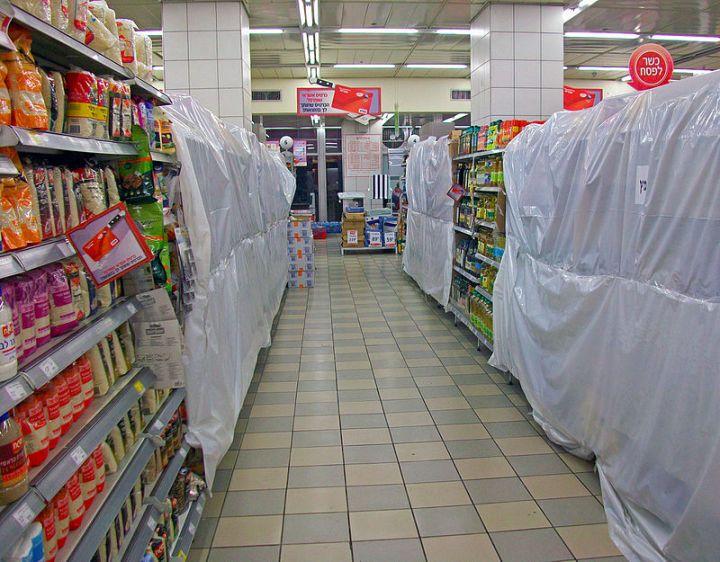 上图:无酵节期间的耶路撒冷超市,所有发酵食物(Chametz,חמץ)都已被挡住。这些食物已经通过一位拉比签订合同,卖给了一位非犹太人,预付款1美元。但这些食物并没有离开超市,只是被挡住了,逾越节以后,超市还会以原价买回来。根据犹太宗教法典《哈拉卡 Halakha》,泡打粉(Baking Powder)和苏打粉(Baking Soda)不算酵,因为它们是通过化学反应、而不是生物发酵使食物膨松。