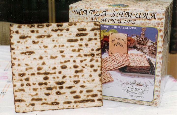 上图:耶路撒冷超市里的无酵饼。用于逾越节的无酵饼原料只能使用小麦、斯佩尔特小麦、大麦、黑麦、燕麦的面粉和水,不能含酵。
