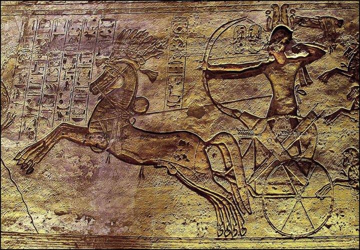 上图:古埃及第十九王朝的拉美西斯二世法老(Ramses II,主前1279-1213年)在主前1274年的加低斯战役(Battle of Kadesh)中。加低斯战役是埃及与赫人帝国为争夺叙利亚而发生的战役,也是历史上最早记录细节的战役。当时法老的两万军队分成四个师,分别以不同的神祗命名:塞特(Seth Division)、阿蒙(Amun Division)、普塔(Ptah Division)和拉(Re Division) ,这四个神祗就成为他们的旌旗。