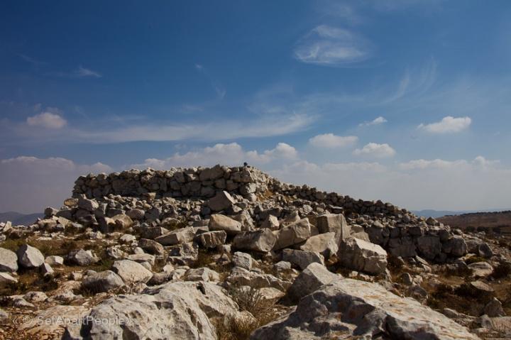 上图:约书亚进迦南后,在以巴路山所建的祭坛(申二十七5;书八30)。既没有用「凿成的石头」(出二十25),也没有用「台阶」(出二十26)。