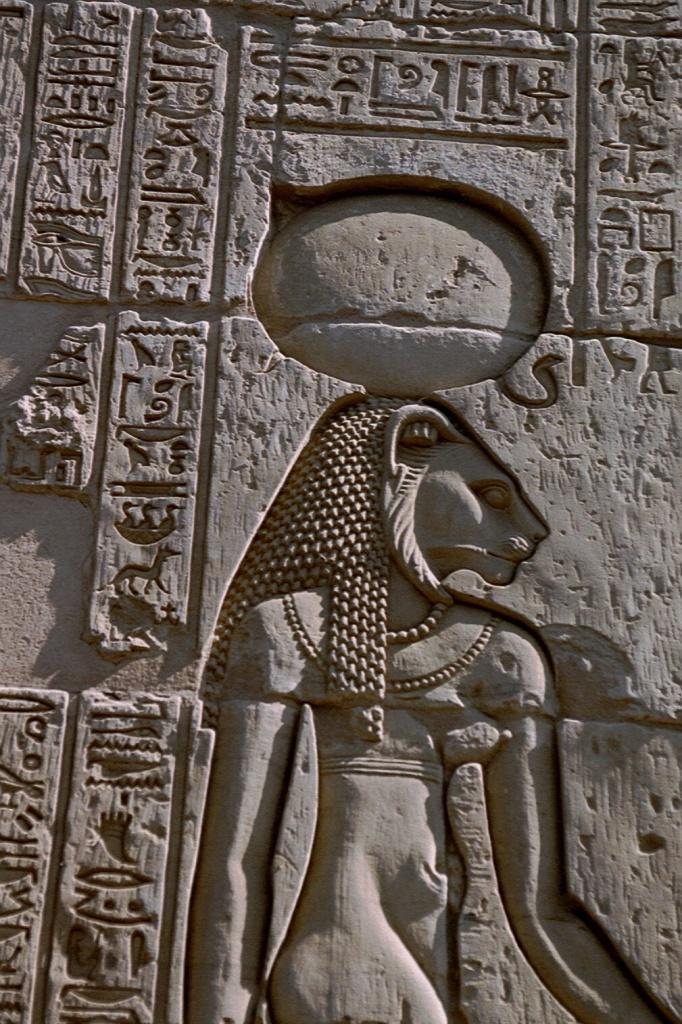 上图:古埃及神话中的战争女神和医疗女神塞赫麦特(Sekhmet),形象是母狮或狮首女人。