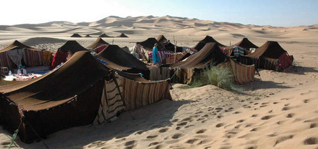 上图:贝都因人(Bedouin)用黑山羊毛织造的帐棚。雅歌说:「我虽然黑,却是秀美,如同基达的帐棚,好像所罗门的幔子」(歌一5),表明当时的帐篷很可能就是用黑山羊毛制成的。