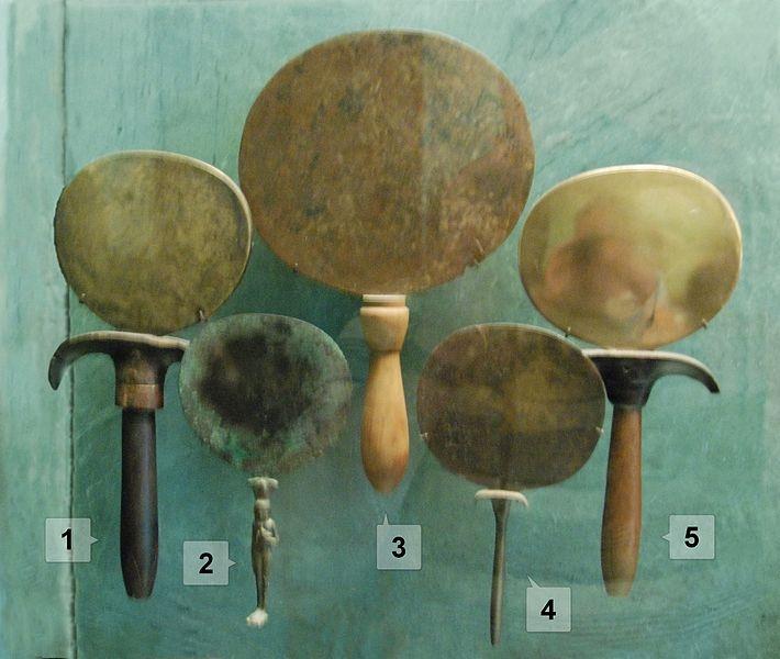上图:古埃及的各种铜镜,现藏于卢浮宫。古代以铜为镜,铜磨亮之后可以照见人面,罗马时代才开始用玻璃作镜子。