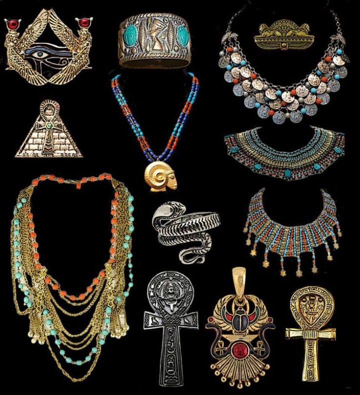 上图:各种古埃及「妆饰」。古埃及人广泛使用首饰,上至法老、下到奴隶,无论男女、阶级、活人、死人、神祗、神兽,大都佩戴首饰,包括圣甲虫、护身符、戒指、手镯、项链、耳坠、垂饰、腰带等。富贵人的「妆饰」用贵金属、宝石、矿石和玻璃制造,非常精美。古埃及人相信各种首饰都有特殊的能力,可以辟邪、保护健康、带来运气,所以这些首饰的制作都要遵从严格的规则,以表达神秘的意义。