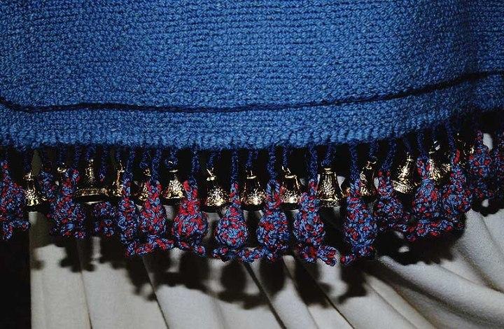 上图:在外袍周围的底边上一个金铃铛一个石榴。