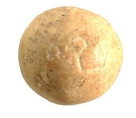 上图:刻有「比加」字样的砝码石。以色列出土了好几个主前8-7世纪的「比加」砝码,重量在5.7-6.1克之间。「比加」是最小的砝码石,表明20岁以上的以色列男人每人只交「一比加」赎罪银,是最小的数目。