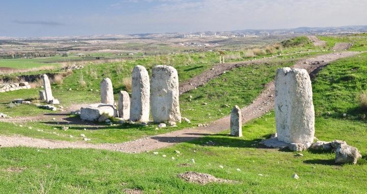 上图:基色迦南人的圣所中有十根石柱。在迦南宗教中,石柱代表生殖崇拜中的男神,树木代表女神。