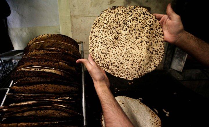上图:犹太人手工制作的无酵饼。