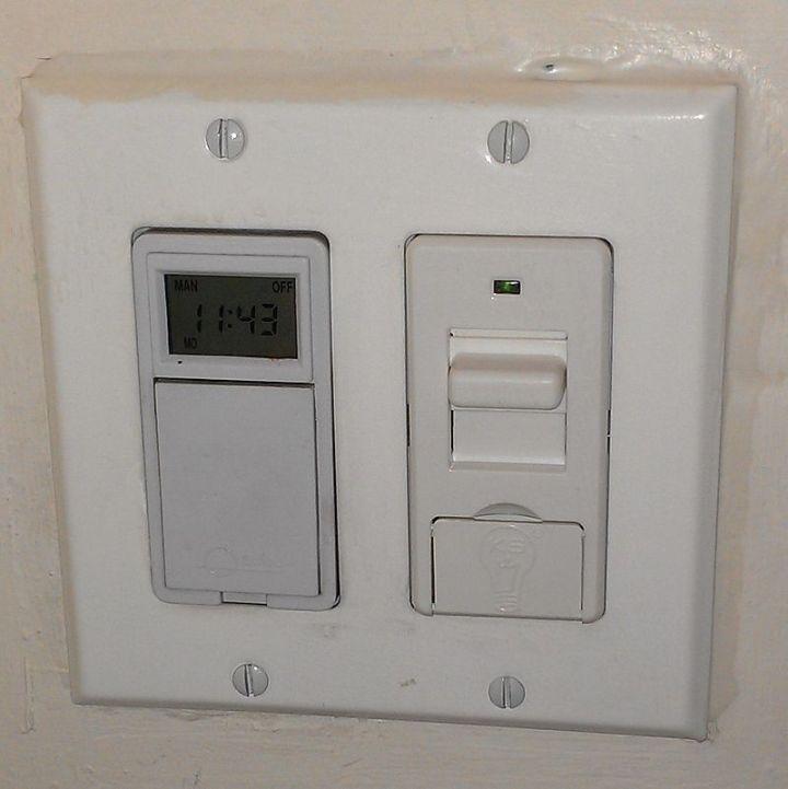 上图:KosherSwitch是一种专利产品,用于安息日(Shabbat)自动开灯,自带安息日时钟。绿灯亮时,表示开关正处于安息日模式。也有些拉比反对使用这种开关。