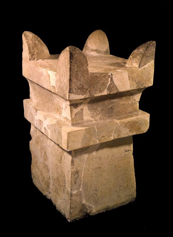 上图:米吉多遗址出土的主前9世纪的四角香坛。类似的香坛在以色列到处都有出土,表明当时献香非常普遍。