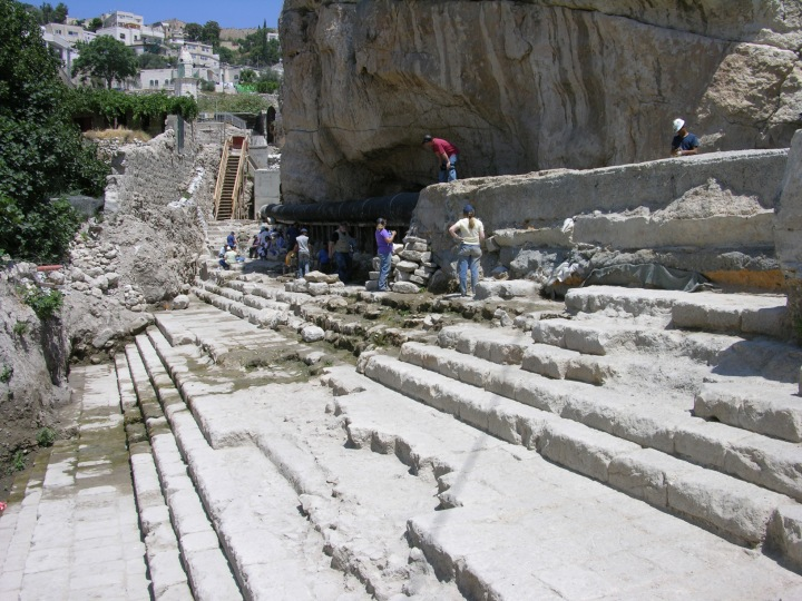 上图:位于耶路撒冷的西罗亚池(Pool of Siloam)遗址,是当时最大的浸池(Mikvah)。到耶路撒冷来过节的犹太人在登圣殿山之前,要在这里行净身礼,然后一边走台阶上行到圣殿,一边吟唱上行之诗诗篇第125-129篇。
