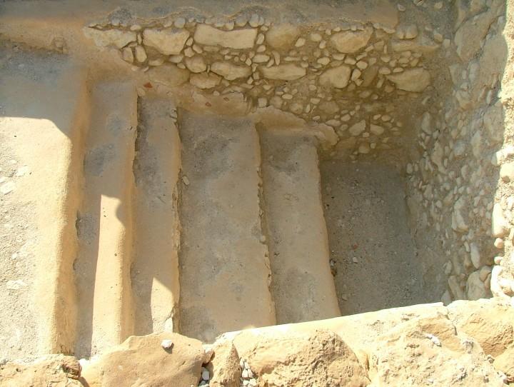 上图:抄写死海古卷的文士(Sofer)所使用的主前3-1世纪浸池(Mikvah),位于昆兰旷野(Qumran)。摩西五经总共有304,805个字母,历代文士必须保证每一个字母都与3500年前摩西写的一样,这不但是一项艰巨的工作,也是一项敬虔的工作。每次抄到神的名(HaShem)「耶和华」,文士都必须擦干净笔尖,沐浴后再到浸池净身,表示灵性的洁净。所以圣经7次宣告「是照耶和华所吩咐摩西的」(出三十九1、5、7、21、26、29、31),文士就需要净身7次。圣经不是随便写的,文士也不是随便抄的,我们也不应当随随便便地读。