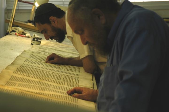 上图:两位耶路撒冷的文士正在校对妥拉经卷(Torah Scroll)。希伯来圣经抄写员被称为文士(Sofer/Sofrim),意思是「字母数算者」。神拣选了一批敬虔、严谨的文士把摩西五经(妥拉)抄传了3500年,在304,805个字母中,只有6个不太重要的字母存在疑问。文士必须遵守超过4000条犹太律法,每个笔画什么地方粗、什么地方细,什么字母必须变大、什么字母必须变小,什么字母必须添加单顶皇冠,什么字母必须添加三顶皇冠,都有具体规定。因此,只有最虔诚的正统犹太人才有资格做文士,他们抄写妥拉就像建造会幕一样认真。