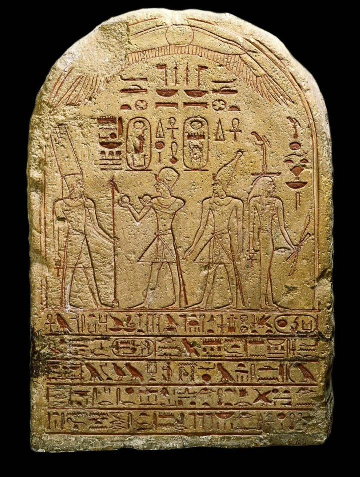 上图:古埃及十八王朝女法老哈特谢普苏特的石版(Stele of Hatshepsut and Thutmose III,主前1473-1458年在位),现存于梵蒂冈博物馆。上面刻着戴着蓝色王冠的哈特谢普苏特正在向太阳神阿蒙-拉献祭,右边是未来的法老图特摩斯三世,戴着上埃及的白色王冠。同一时代的西奈法版,也可以完好地保存到现代。