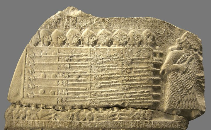 上图:主前2500年的秃鹫石碑(Stele of the Vultures),描绘了古代苏美尔步兵组成的盾牌墙。古代亚述、波斯、希腊、罗马的步兵都是以左手持盾,右手持兵器。当他们排成密集的盾牌墙时,站在右边的战士手中的盾牌,就成为自己的保护。