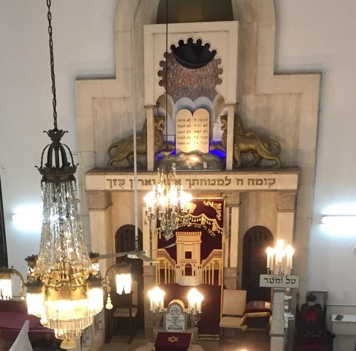 上图:特拉维夫国际犹太会堂,正中间是两块法版。