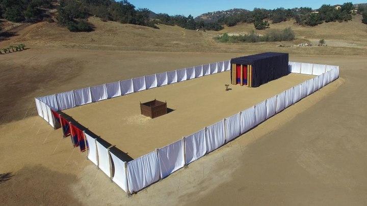 上图:杨百翰大学(Brigham Young University)按1:1的比例复制的帐幕、铜祭坛和帐幕的院子。