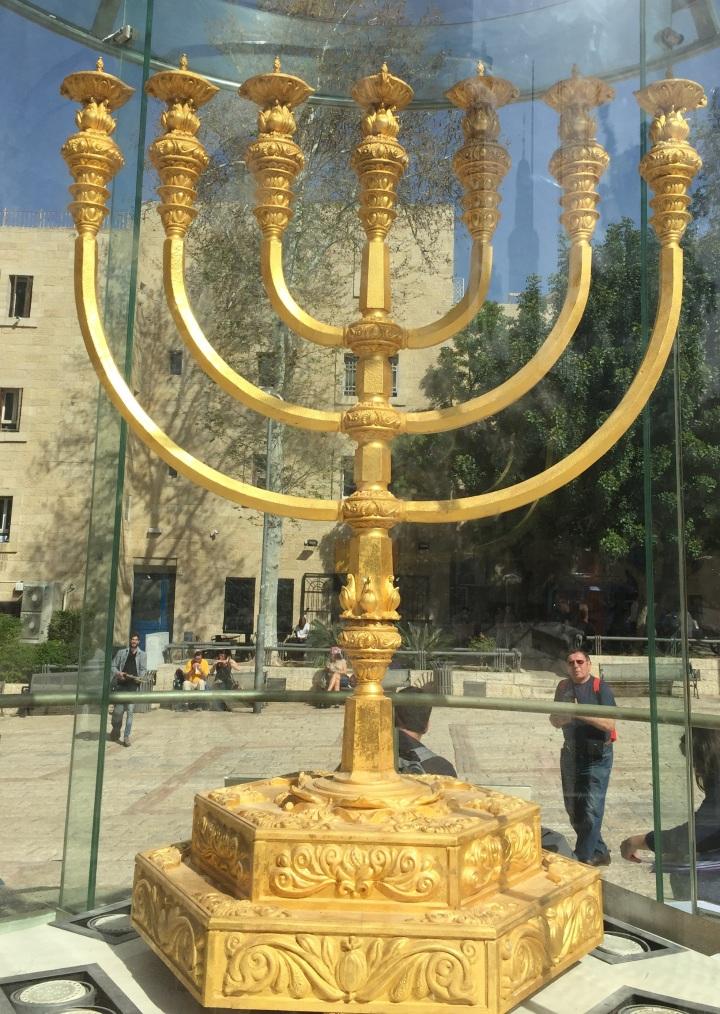 上图:耶路撒冷圣殿研究所(The Temple Institute)所研制出来的金灯台(Menorah),准备放到将来重建的圣殿中。这个金灯台重达500公斤,看上去很气派,比「一他连得」(41.04公斤,出二十五30)重得多,但其实并没有「照着在山上指示你的样式」(出二十五40),完全「用精金做一个灯台」(出二十五31),而是根据犹太拉比的解释,只用了45公斤24K黄金,掺乎了91%其他的金属。这正是今天犹太教的写照:9%根据圣经,91%根据犹太拉比的遗传。