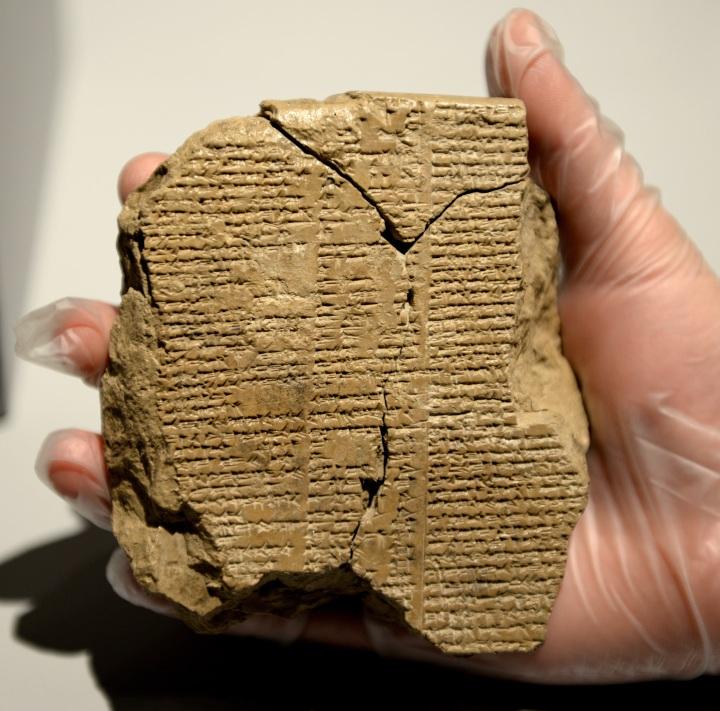 上图:吉尔伽美什史诗(Epic of Gilgamesh)泥板。利七37-38的写作风格是古代美索不达米亚泥版中的「跋」的风格,这些「跋」是泥版内容的总结,包括标题、作者、写作日期、主要内容。例如:吉尔伽美什史诗的内容被记载在12块泥版上,而「跋」则用「引人注意的警句」将这几块泥版连接在一起,这样人们才能按照次序来阅读这12块泥板。「摩西学了埃及人一切的学问」(徒七22),按照主前一千多年以前的文学格式写下了利未记,成为摩西五经写作年代的有力内证。