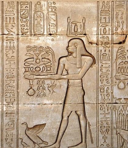 上图:一个古埃及人向哈索尔Hathor女神献上「摇祭」。所谓「摇祭」就是将祭物先交给祭司,在祭坛高举向天,表示已经献给神,然后放在祭坛上,再从祭坛上取下来,作为祭司的食物。这种「动作上的转换」称之为「摇祭」。也有人认为「摇祭」是「将祭物拿在手中摇动」。