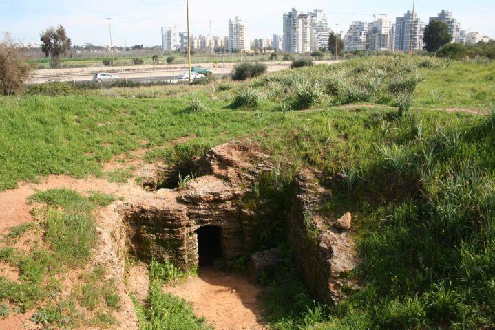 上图:一个主前5世纪的古代以色列墓穴。古代以色列人通常把死者葬在城外的家族墓穴(Family caves)里,墓穴分为内外两间。以色列人并不使用棺材,家人把尸体抬进墓穴,先放在外屋的地上或墙上的槽里。一年后,家人回到墓穴,把骸骨捡起来,摞在里屋历代祖先的骸骨上。所以家人必然会为死人「沾染自己」。从主前3世纪希腊时代开始,流行用骨罐(Ossuaries)来收敛骸骨。第二圣殿被毁之后,逐渐流行罗马式的棺材和石棺。