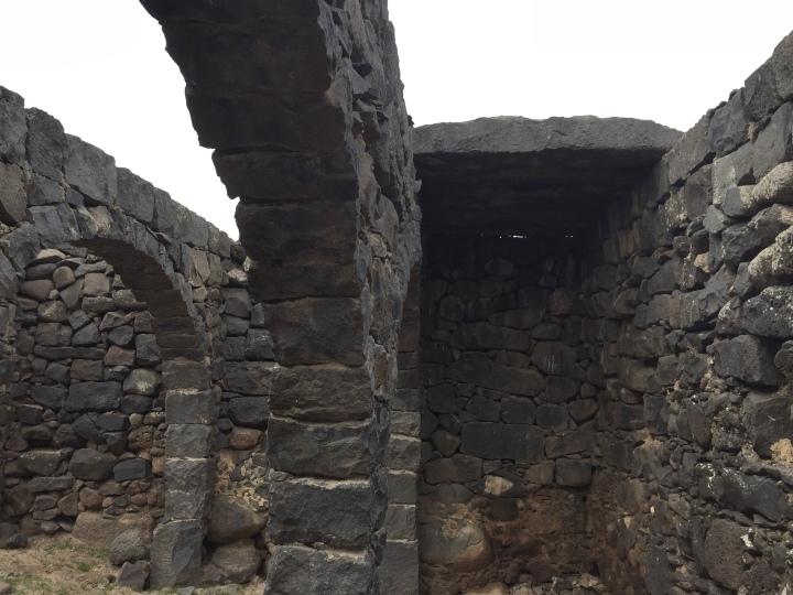 上图:新约时代哥拉汛的石头房子,从主前13世纪开始,迦南地的建筑表面通常涂有一层石灰石掺沙土做成的类似水泥的灰泥,但雨季这些泥土大部分都会剥落。古代美索不达米亚和埃及的房子普遍用灰泥墁房子,古埃及人在他们的建筑物上涂抹灰泥,以方便画壁画。一般的房子用稻草和污泥的混合物作为灰泥,大型建筑用稻草、熟石灰和白沙混合在一起作灰泥。