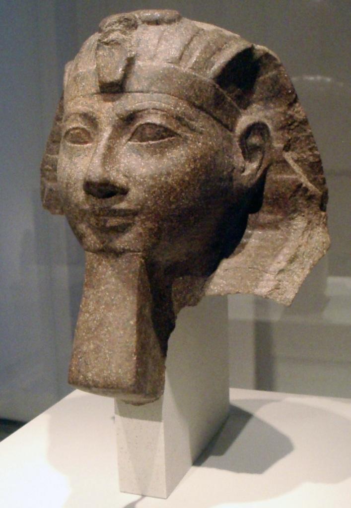 上图:戴着假胡子的古埃及第十八王朝女法老哈特谢普苏特(Hatshepsut,主前1479年—1458年在位)。她是法老图特摩斯一世(Thutmose I,主前1506-1493年在位)与王后唯一的嫡女,而她的同父异母哥哥图特摩斯二世(Thutmose II,主前1493-1479年在位)是侧妃所生,出身不够,因此与她结婚,使王位合法化。图特摩斯二世很可能就是要杀摩西的法老,而哈特谢普苏特是摩西在旷野牧羊40年时期的法老。 图特摩斯二世去世后,哈特谢普苏特自任女法老。她安排丈夫与侧妃生的儿子图特摩斯三世(主前1479-1425年在位)和自己的女儿结婚,继承王位。图特摩斯三世很可能就是主前1447年以色列人出埃及时的法老。 士师时代的第十八王朝法老阿蒙霍特普四世(Amenhotep IV,后改名阿肯那顿 Akhenaten,主前1353-1336年在位)曾与自己的表妹和两个女儿结婚。 古埃及王室为了保证王室血统的纯正,维持王位的合法性,近亲结婚是非常普遍的现象。但这在神的眼中都是埃及的「恶俗」。