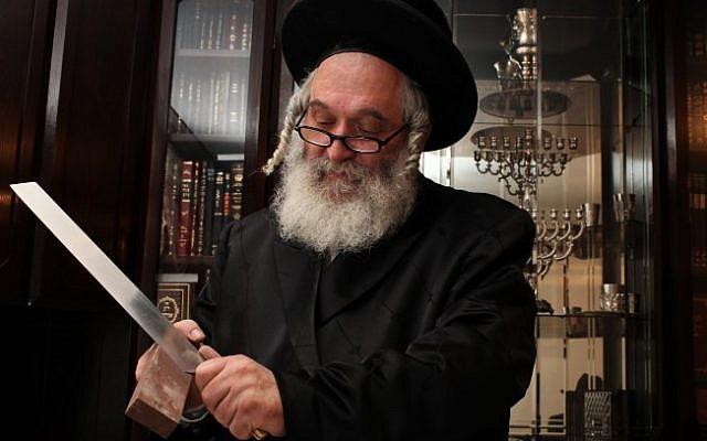上图:一位拉比正在磨刀。符合犹太屠宰法(Shechita)的刀具被称为Sakin或Hallaf。这刀大约要比被屠宰牲畜的脖子宽两倍,刀刃不可有任何缺口,并且要锋利到牲畜来不及感到疼懂的程度。如果屠宰之后,拉比发现刀具不符合以上要求,所屠宰的牲畜就不可食用。因此,犹太人不可随便宰杀牲畜,通常都由拉比担任屠夫,而肉食工厂都有驻场拉比,按犹太律法对每一个环节进行严格的Kosher认证。