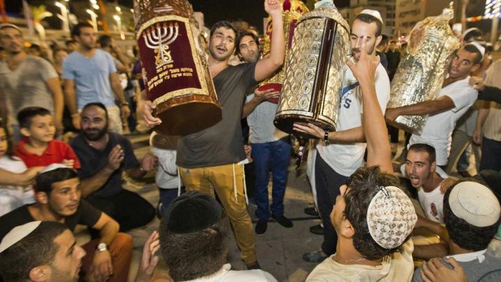 上图:现代犹太人把住棚节第八日的严肃会称为圣会节(Shemini Atzeret),而圣会节的第二天是西赫托拉节(Simchat Torah)。犹太人一年读完一遍《妥拉》,西赫托拉节是读完申命记最后一章的日子,也是新的一年学习《妥拉》的开始,所以他们都会抱着《妥拉》唱歌、跳舞庆祝。