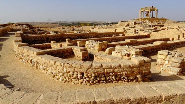 上图:别是巴城遗址(Tel Beer Sheva)的地基和墙。当时的普通人用未凿过的石头作地基,在上面用泥砖砌墙。