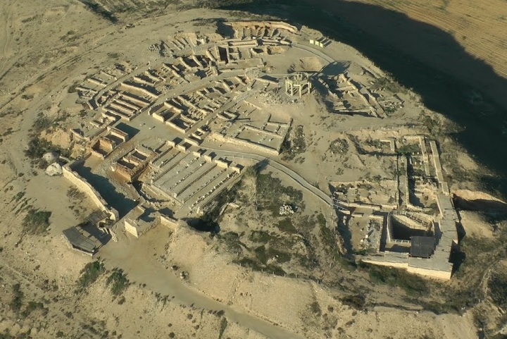 上图:别是巴城遗址(Tel Beer Sheva)全景。城墙里的区域并不大,其中主前11世纪的遗址只有20间房子、10间粮仓。城里的房屋主要是官邸、市场、粮仓、蓄水池等公共设施,只有少量民居。大部分居民平时都住在城外,需要做买卖或躲避战乱时才进城。