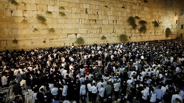 上图:赎罪日(Yom Kippur)的晚上,犹太人在西墙祷告。主后70年圣殿被毁之后,献祭和祭司制度不再存在,所以犹太教越来越重视在赎罪日「刻苦己心」,甚至认为只要在赎罪日诚实反省、认罪,就能使罪得赦免,却渐渐忽略了神借着献祭所表明的弥赛亚中保工作。人若只有「刻苦己心」,却没有基督的救赎,还是不能彻底解决罪的问题。
