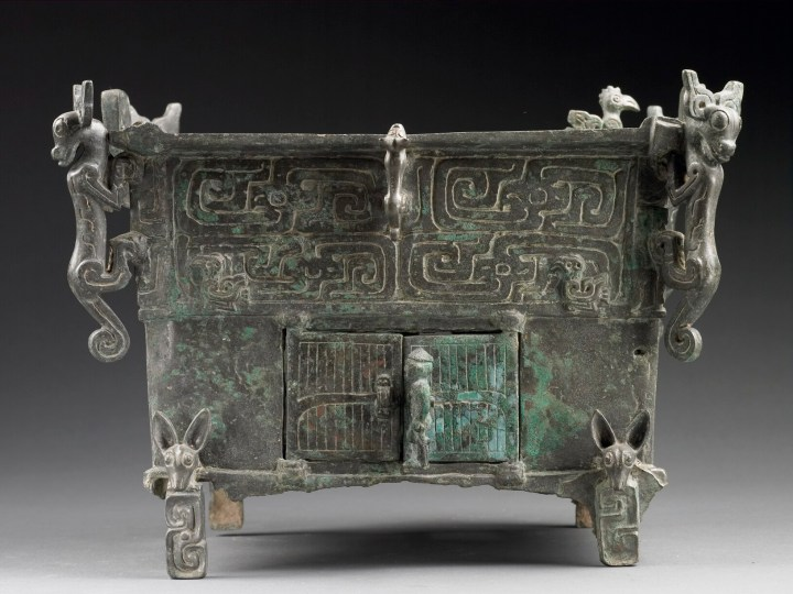 上图:西周中晚期的刖人守门方鼎,陕西宝鸡茹家庄出土。下层是盛炭火的炉膛,炉膛右门外看门的是一个被砍断脚的刖足者。刖刑是中国古代的一种酷刑,就是把脚砍掉。《尚书·吕刑》记载,周穆王(约主前976—922年在位)令吕侯修订《九刑》,称为《吕刑》,声称「无简不听,具严天威」,没有核实不能治罪,要敬畏上天的威严。所以如果感到案情可疑,就要从轻处治,用黄铜来赎五种刑罚:墨刑600两,劓刑1200两,刖刑3000两,宫刑3600两,死刑6000两。但如果真的可疑,根本就不应该判刑,所以这个冠冕堂皇的「赎」刑不过是国库空虚的周穆王的敛财之道。这个人付不出3000两,只好接受刖刑。相比之下,「以眼还眼,以牙还牙」(利二十四20)的原则不会给有钱有势者任何搞特权的机会。