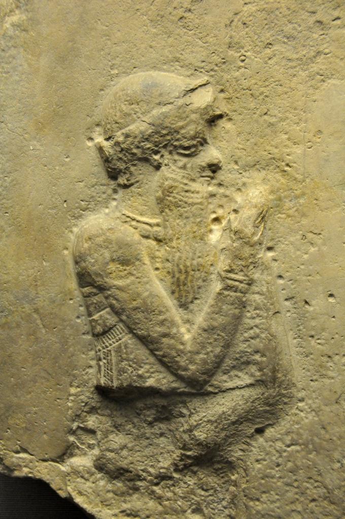 上图:巴比伦帝国第一任国王汉谟拉比(Hammurabi)像(主前1792-1750年作品,出土于伊拉克Sippar,现藏于大英博物馆)。汉谟拉比以制定了《汉谟拉比法典》而闻名于史。《汉谟拉比法典》是历史上最早的成文民法典之一,其中第132条规定,如果一个人的妻子被人背后说闲话,但并没有被抓到与别的男人行淫,这位妻子就应当为她的丈夫跳到河里,以证明自己的清白。换句话说,这位妻子可能会因为谣言而被淹死。在古代中东的其他「神明裁判」法典中,通常是假定被告有罪,把被告暴露在水、火、毒药等危机环境中,如果神明插手保护被告,就证明被告清白。而《民数记》中「疑恨的条例」却并不假定妻子有罪,也不把妻子放在危险的环境中,而是借着「疑恨的素祭」,让丈夫和妻子一起学习接受神的权柄。这在古代父权社会中是非常人道的。