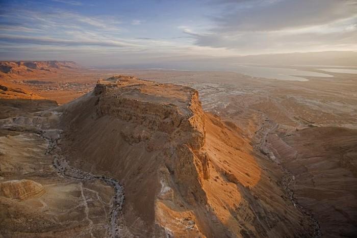 上图:世界遗产马萨达(Masada)是犹大旷野与死海交界处的一座岩石山顶,位于大卫躲藏的隐·基底(撒上二十三29)南边22公里。马萨达东侧悬崖高约450米,西侧悬崖高约100米,山顶平整,道路险峻,是以色列最有名的一个「磐石」,也是大卫写诗时最容易联想到的「磐石」。