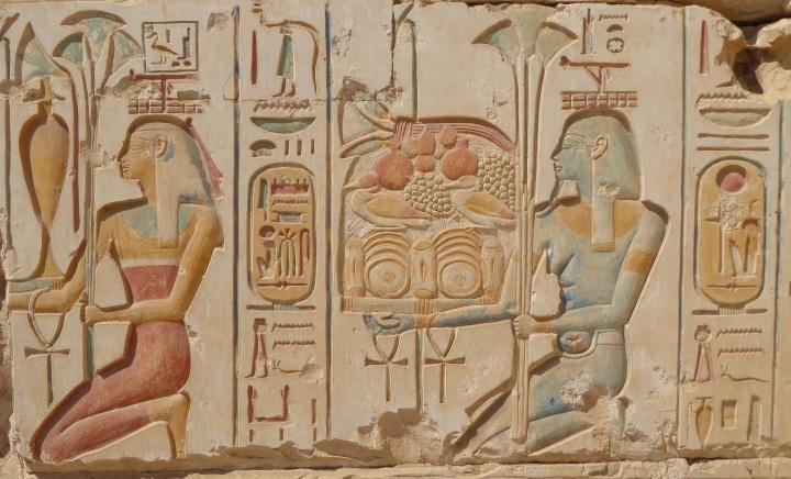 上图:古埃及第19王朝法老拉美西斯二世(Ramesses II, 主前1279-1213年在位)的阿拜多斯(Abydos)神庙中的献祭者浮雕,他们把祭物向天高举或摇动,代表献给神,然后给祭司享用。这种献祭的方式可能就是「举祭」或「摇祭」。
