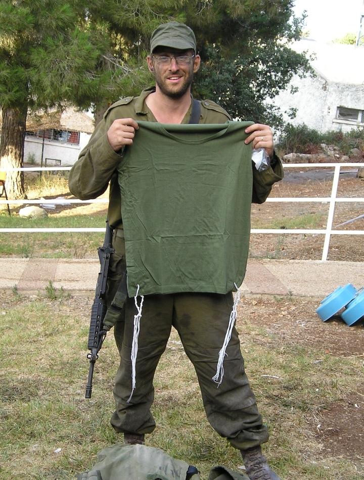 上图:以色列士兵的橄榄绿祷告衬衣和繸子。