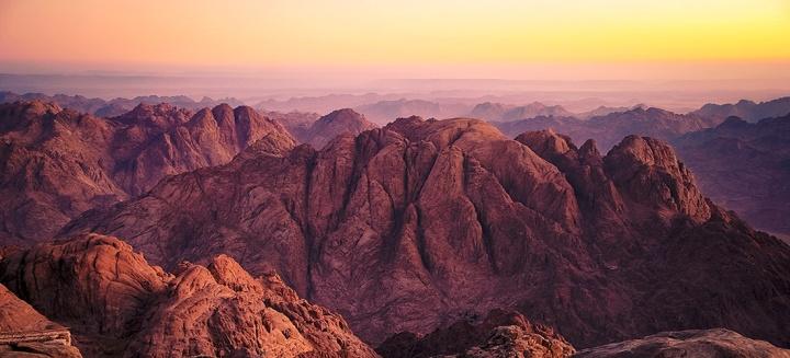 上图:西奈山附近的崎岖地形。西奈的旷野和巴兰的旷野都是海拔1200-1600米之间的高原丘陵,许多地方沟壑纵横、崎岖不平。虽然有云彩在天上带领,人在地上也没有办法沿着直线跟随,需要根据地势寻找合适的道路。因此,向导非常重要。