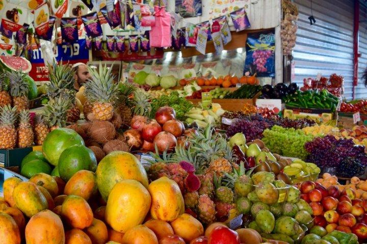 上图:特拉维夫迦密市场(Carmel Market)的本地水果摊,摄于2016年2月。可见「那地有小麦、大麦、葡萄树、无花果树、石榴树、橄榄树,和蜜」(申八8)。