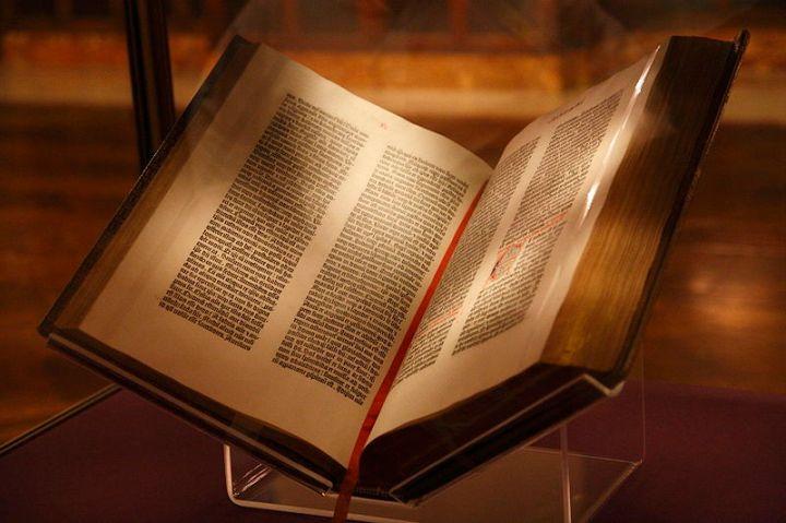 上图:15世纪的《古腾堡圣经》(Gutenberg Bible),又称四十二行圣经(42-line Bible),每页有42行。古腾堡圣经是第一本采用活字印刷术的圣经,由约翰内斯·古腾堡(Johannes Gutenberg)于1454年到1455年在德意志美茵茨印刷。这版《圣经》使用的是拉丁文武加大译本,它的出现标志着欧洲图书批量印刷的开始。