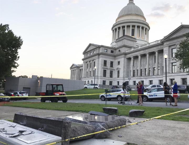 上图:许多人不喜欢十诫。2017年6月,一名男子声称自己在幻觉中听到来历不明的声音,所以在网络直播中开车撞毁了美国阿肯色州议会大楼外刚立好不到一天的十诫石碑。2014年10月,这人还撞毁了奥克拉荷马州议会大楼外的十诫石碑。阿肯色州议会大楼外的石碑也遭到美国公民自由联盟(ACLU)和撒旦圣殿(The Satanic Temple)组织的反对。