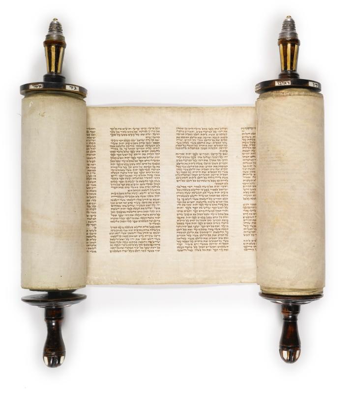 上图:19世纪阿什肯纳兹犹太人(Ashkenazi Jews)抄写的摩西五经妥拉经卷(Torah Scoll),每页42行。现代犹太教抄写妥拉经卷的标准格式是每页42行,代表以色列人在旷野中的42站。