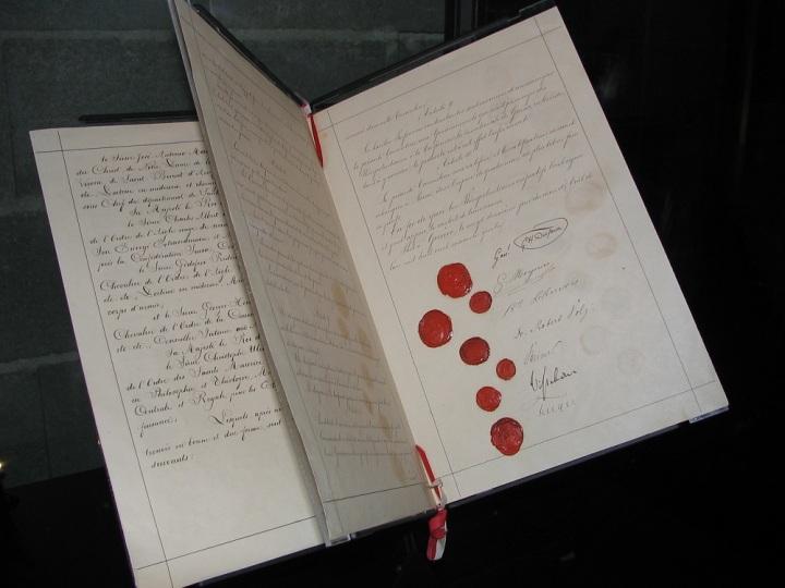 上图:1864年《日内瓦公约》签字页。自古以来,人们一直在努力制定战争规则,但都是临时的地方性规定,或由交战方协商达成协议,通常不禁止那些现代社会认为不能接受的行为。1859年,日内瓦基督徒亨利·杜南(Henry Dunant)目睹了战争的残酷以后,推动了红十字会国际委员会的创立和第一部日内瓦公约的签订。但一直到了1949年,才签订了保护平民的日内瓦第四公约。今天,国际人道法(International humanitarian law)是规制武装冲突中行为的战时法,包括日内瓦公约、海牙公约以及一些其他条约、判例法和习惯国际法。严重违反国际人道法的行为构成战争罪。