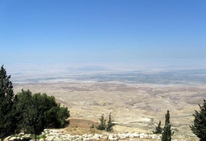 上图:从尼波山向西俯上图:从尼波山向西俯瞰「摩押平原与耶利哥相对的约旦河边」(民二十六3)。瞰「摩押平原与耶利哥相对的约旦河边」(民二十六3)。