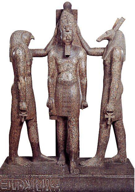 上图:古埃及神话中的荷鲁斯神(Horus)和赛特神(Set)按手在古埃及第二十王朝法老拉美西斯三世(Ramesses III,主前1186-1155年在位)的头上,给他加冕。古代中东列国的君王通常认为自己的王权来自神明,受自己所敬拜的神明委托,照管百姓和国土。因此,君王执政时带着神性,死后则成为神明。他们通常兼任立法者、执法者、祭司、军事统帅,对内保护百姓,对外掳掠扩张,用掳掠来的战利品和奴隶来减轻百姓和国家的负担。