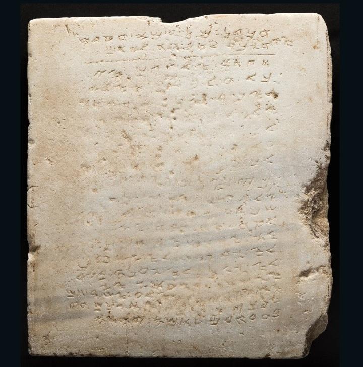 上图:主后300-500年的撒马利亚十诫大理石碑,是目前已发现最古老的十诫石碑,2016年以85万美元被拍卖。但摩西不会承认这份十诫,因为摩西要求:「所吩咐你们的话,你们不可加添,也不可删减,好叫你们遵守我所吩咐的,就是耶和华——你们神的命令。」(申四2),但撒马利亚人却故意删减了「不可妄称耶和华——你神的名」,又加添了一句「你要在基利心山向神立起今天我指示你的这些石碑」。