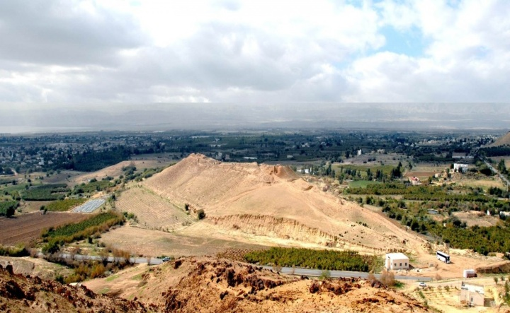 上图:哈马姆遗址(Tall el-Hammam)位于凯夫瑞恩旱溪(Wadi Kefrein)汇入约旦河的河口,与约旦河西的耶利哥隔河相对,至今仍有茂盛的皂荚木树林,被认为可能就是什亭。而最新的考古发现使一些学者认为,这里也是所多玛城的遗址。
